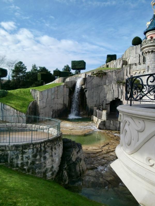 à côté du château