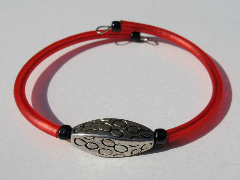 bracelet rouge perle métal torsion
