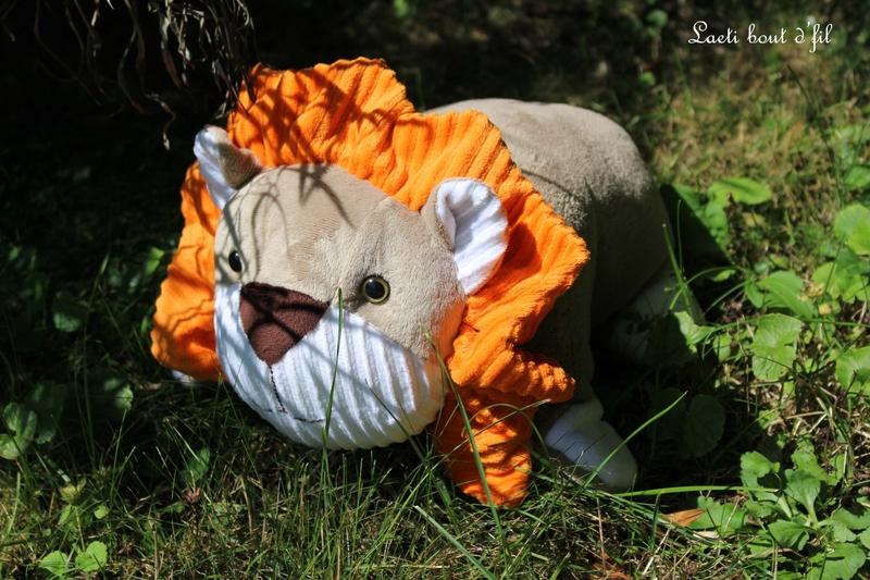 lion dans les herbes 2
