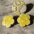 bO 35 Clip fleur MIya jaune liseret mauve