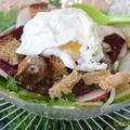 Salade de pissenlits, cœurs de poulet et œufs pochés
