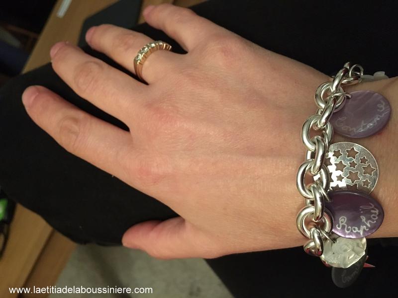 Bracelet personnalisé sur chaîne plaqué argent composé de médailles en nacre gravées et de pendentifs en argent et en nacre