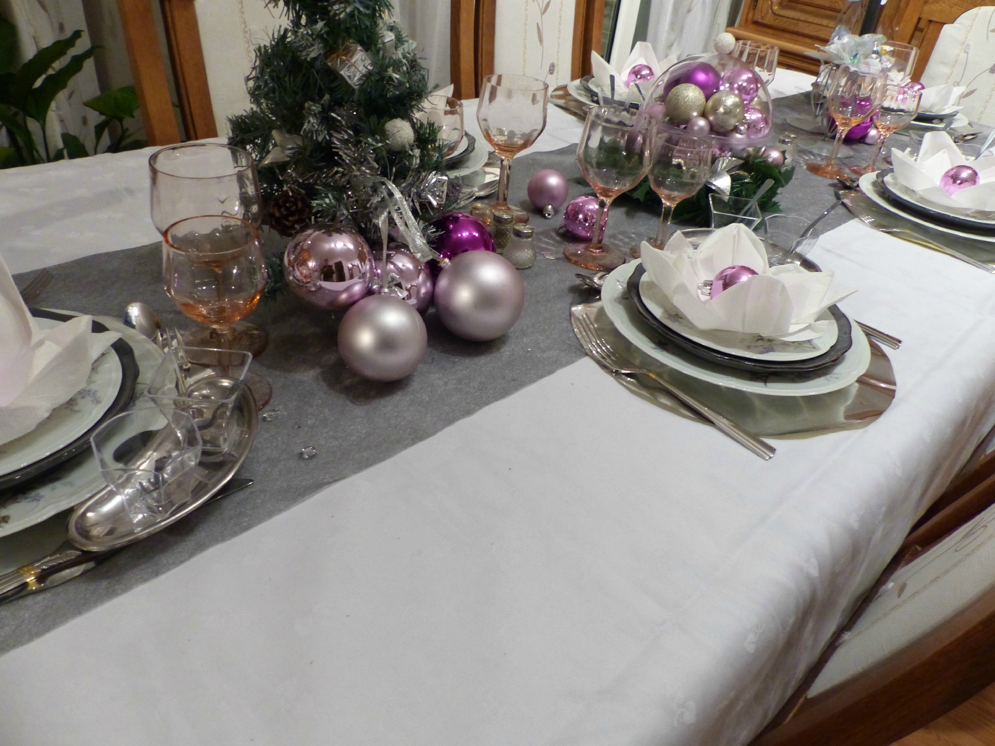 Table de no l rose et gris argent cuill re gourmande for Deco chemin de table