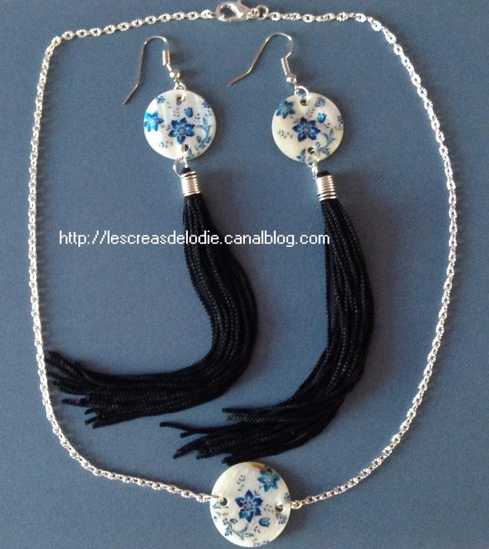 parure_pompons_noir_et_pastille_fleur_bleu