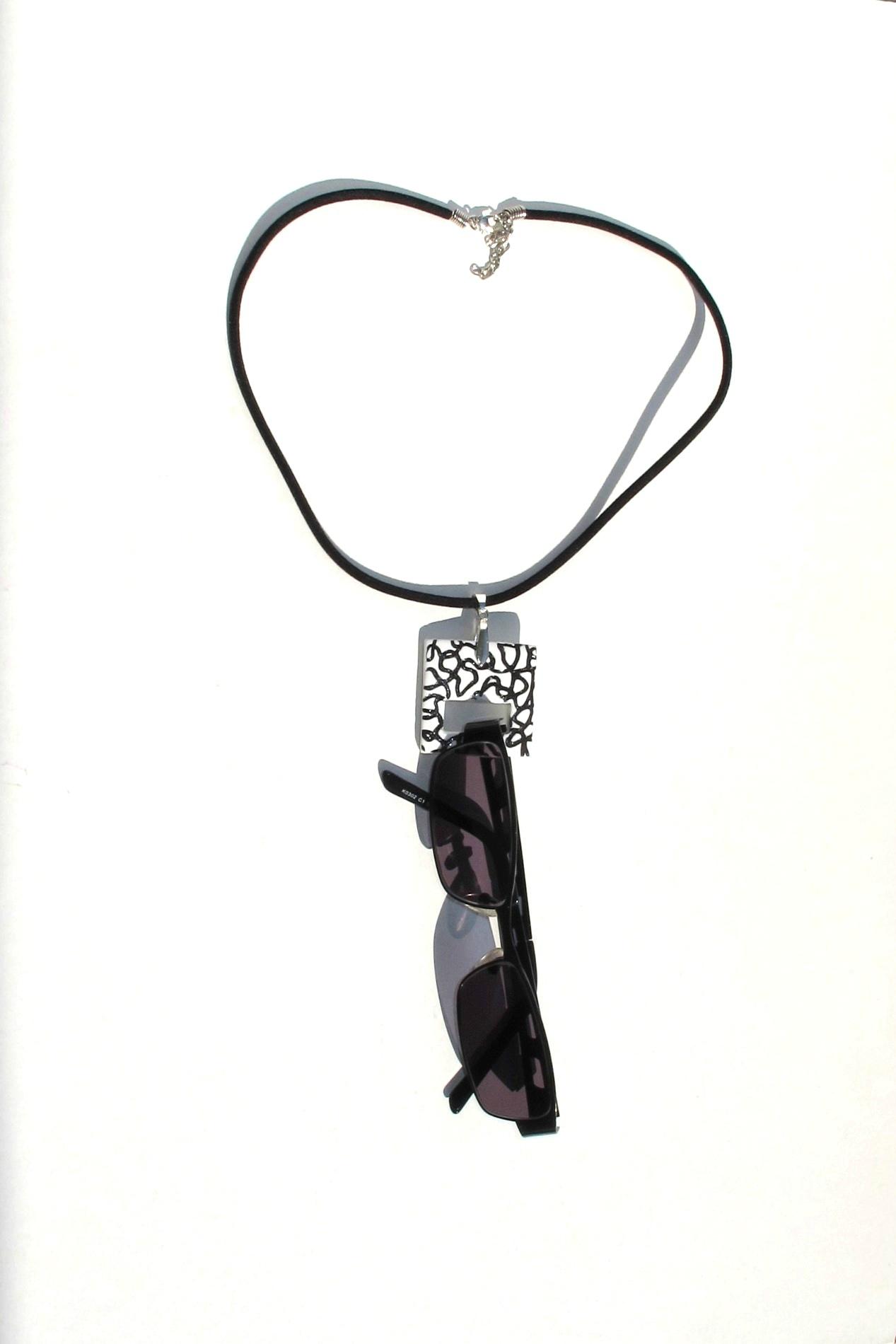 pendentif porte lunettes fimo carré blanc lignes noires lunettes