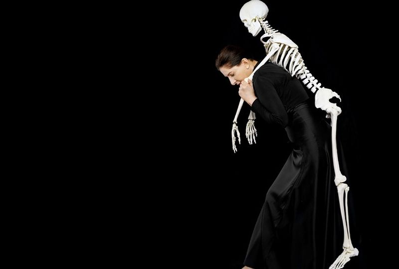 Carrying the skeleton I, de Marina Abramovic (2008). lepoint.fr © Adagp, Paris 2010
