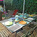 La grande table peut accueillir jusqu'à 8 convives.
