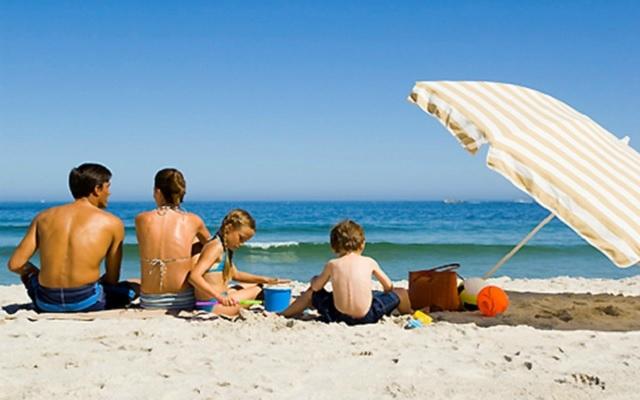famille-a-la-plage-vacances