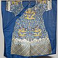 Rare robe impériale aux douze symboles non montée en soie bleue brodée, jifu, chine, dynastie qing, début du xixe siècle