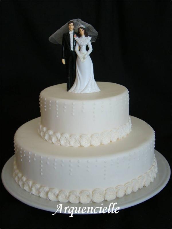 Gâteau de mariage avec couple mariés plastique - Photo de Gâteaux ...