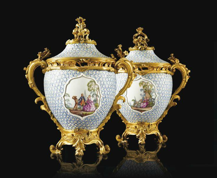 """Paire de pots-pourris en porcelaine dure de Meissen """"Maiblumen"""", vers 1748-1752, à monture de bronze doré d'époque Louis XV, att"""