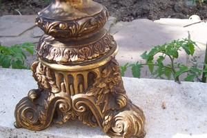 gros_plan_grand_pied_de_lampe_en_bronze