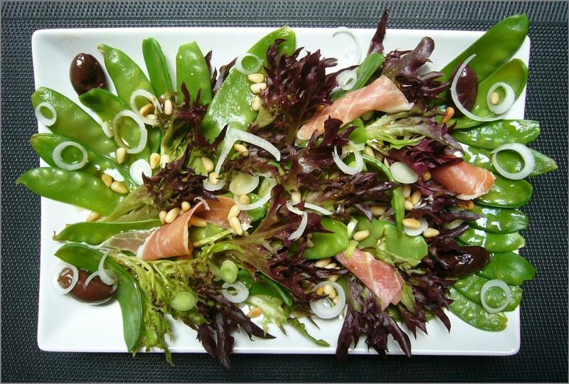Salade de pois gourmand au jambon cru, olives et pignons