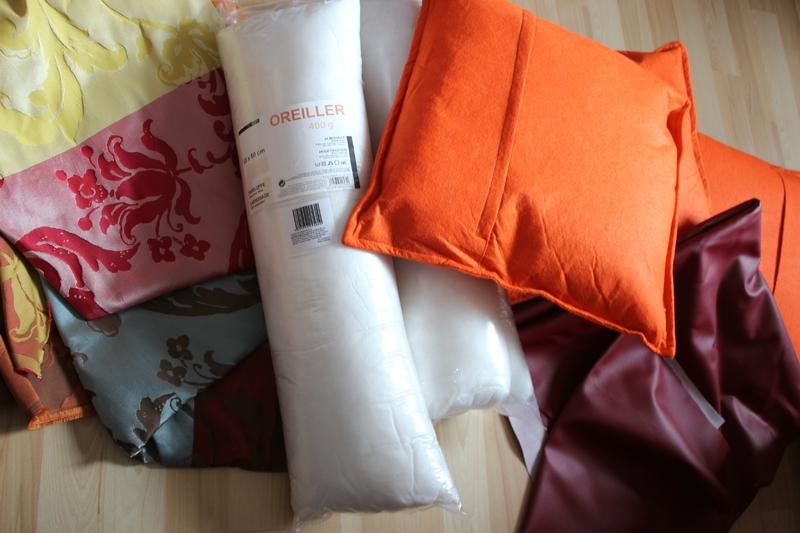 Le matériel : anciens coussins tissu en skai rouge, oreillers, tissu coloré
