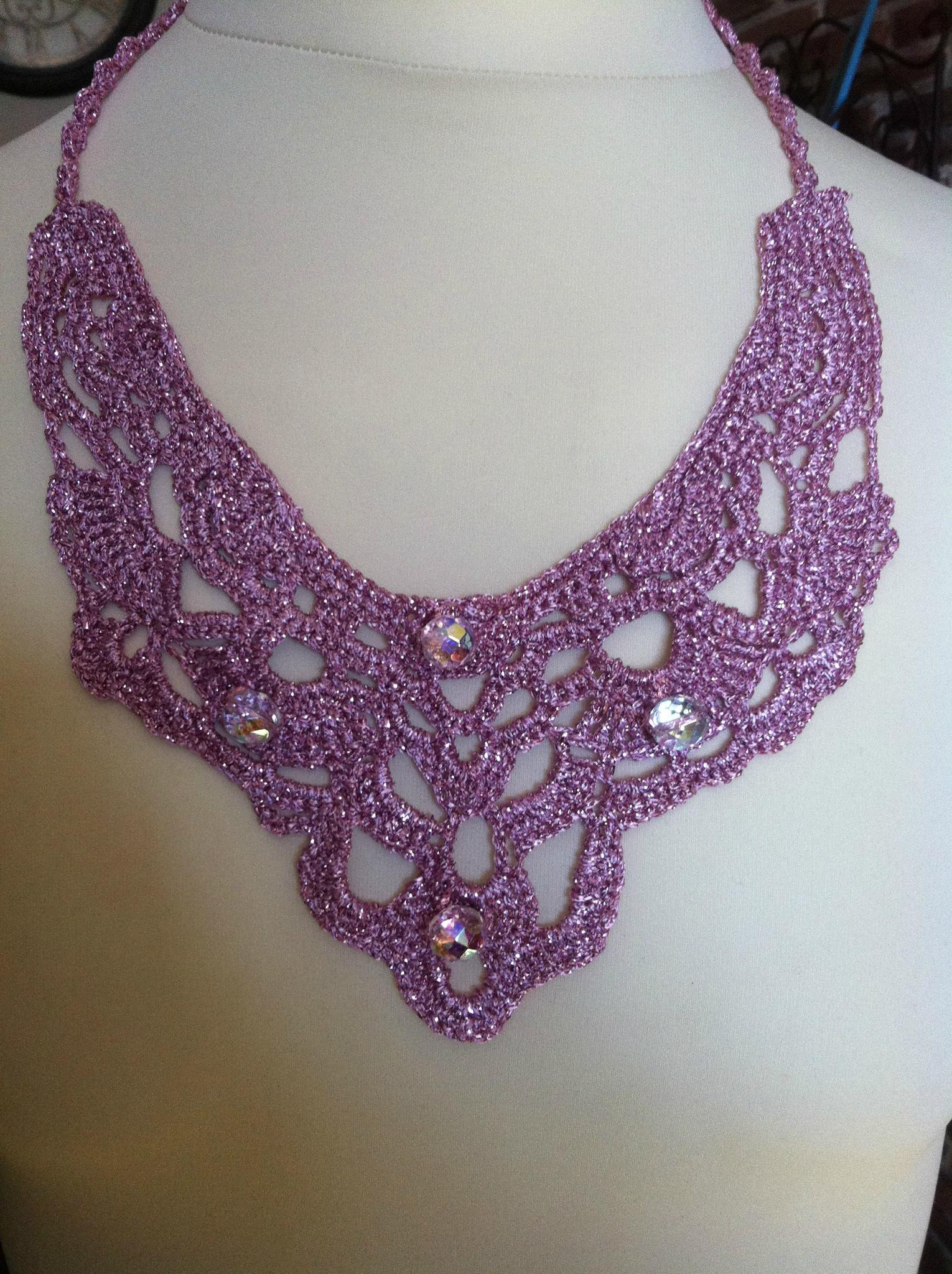 collier en lamé vieux rose perles en verre à facettes