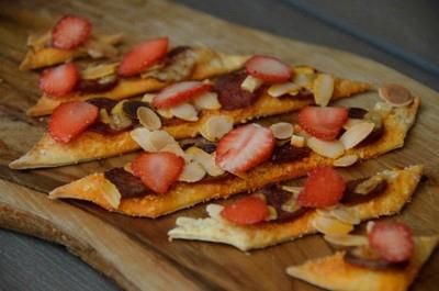 pizzettes aux amandes, chorizo, conté et fraises-mets craquants400