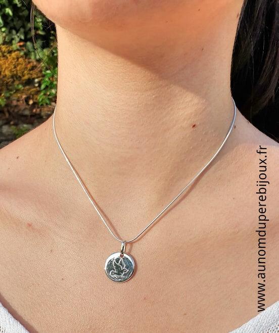 Collier médaille colombe Esprit Saint en argent 925 sur chaîne serpent en argent 925 (porté) - 79 €
