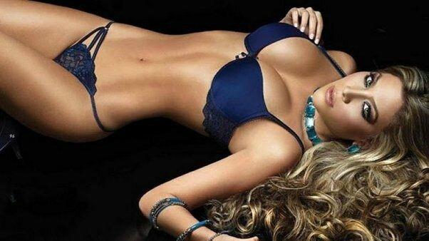 Lorelei-Taron-shooting-lingerie-bleu-nuit