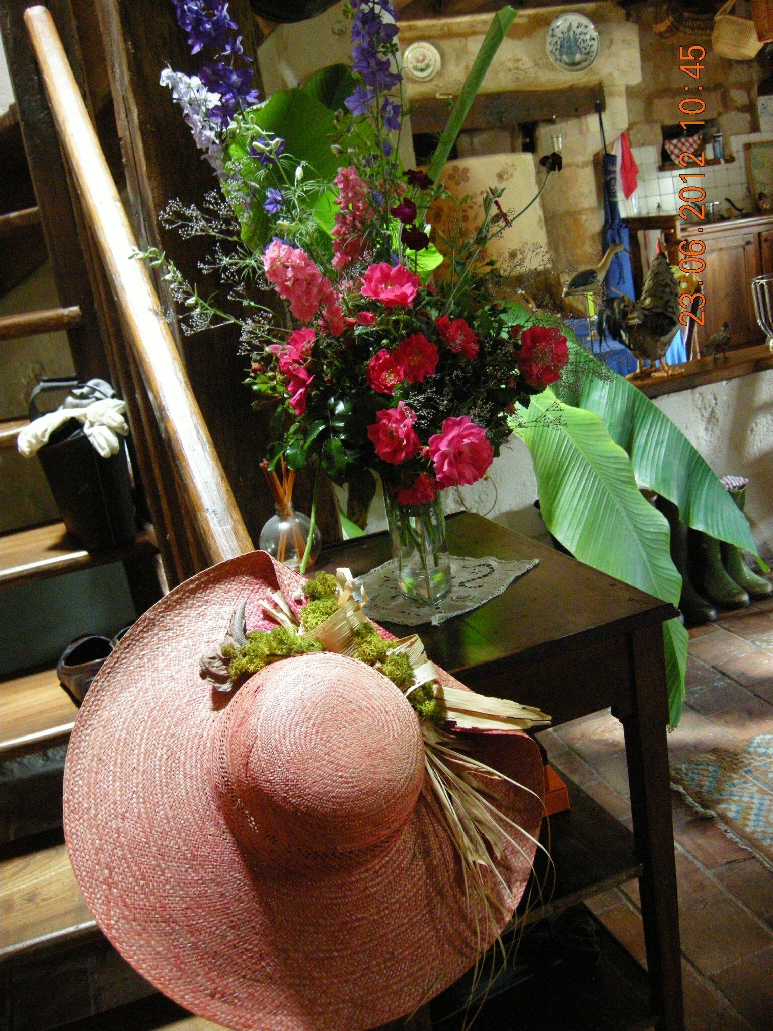 Au pied de l'escalier comme une sentinelle veille mon chapeau préféré .....!