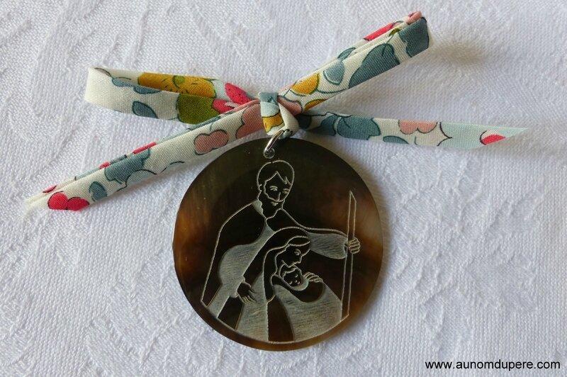 Médaillon de la Sainte Famille (sur cordon Betsy porcelaine) - 22 €