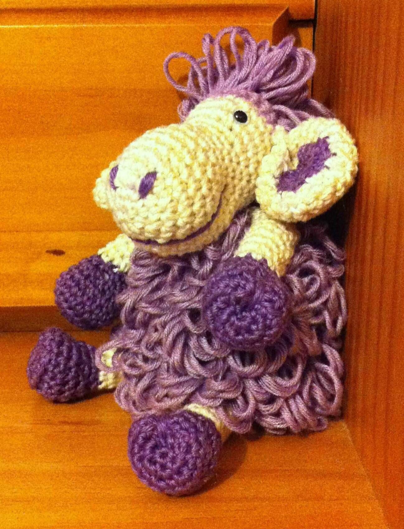petit mouton assis de profil