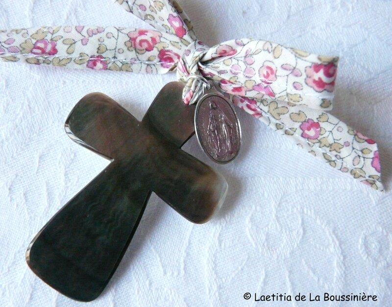 Croix de l'Immaculée rose (sur ruban Eloise rose)