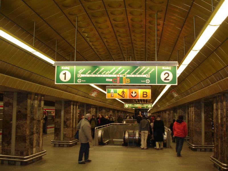 Métro : Quai central et Signalétique de ligne.