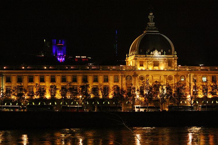 11 - Le même Hotel Dieu, vu de l'autre côté du Rhône