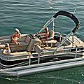 Shooting photo en bateau pour un enterrement de vie de jeune fille glamour