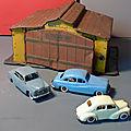 Un petit garage miniature en tôle lithographiée des années 50... un beau jouet qui a pourtant bien servi !