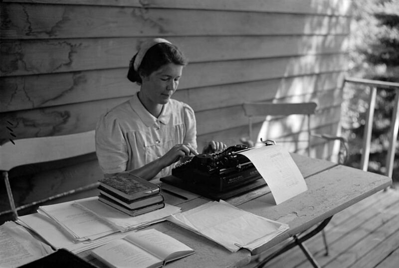 Aale Tynni writing with a typewriter