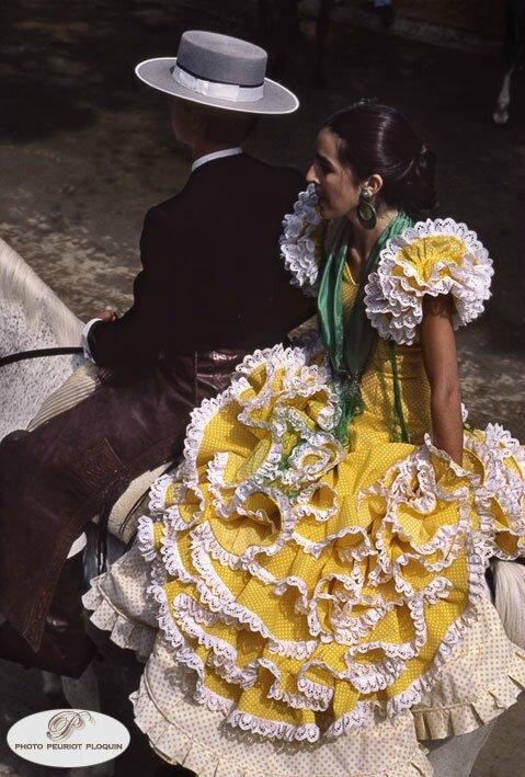 JEREZ_de_la_FRONTERA_la_Feria_femme_en_croupe_robe_jaune