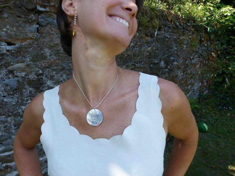 Collier médaille de Vierge à l'Enfant en nacre grand modèle (sur chaîne argent massif lisse) porté