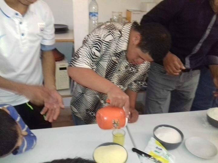 Abdelrahni déverse le jus des oranges dans un récipent