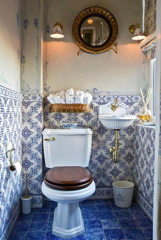 toilettes-retro-avec-la-tuyauterie-visible-en-etain-tres-design_5461066