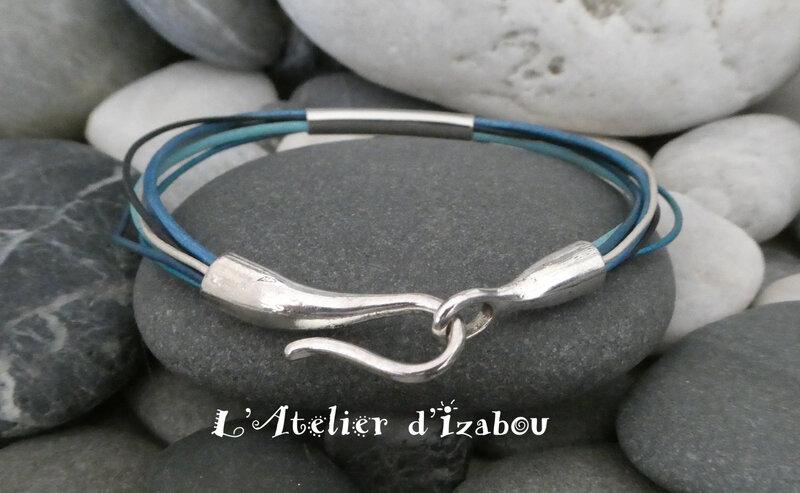 P1030171 Bracelet multirangs camaïeu de cuirs bleu, fermoir crochet