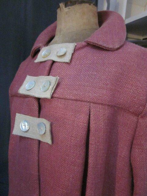 Manteau AGLAE en lin épais groseille fermé par 3 pattes de boutonnage en lin brut et des boutons de nacres (5)