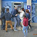 Sans se cacher, un groupe de gitans encerclent un homme à un distributeur d'argent, en plein cœur de paris