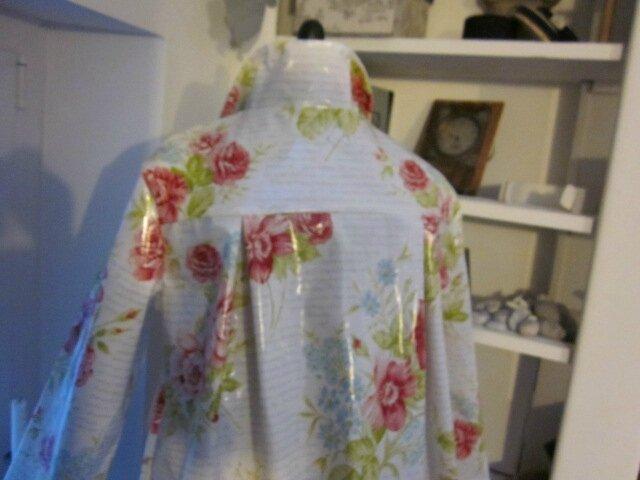 Ciré AGLAE en coton enduit blanc imprimé de fleurs rose et ciel, d'écritures ciel (7)