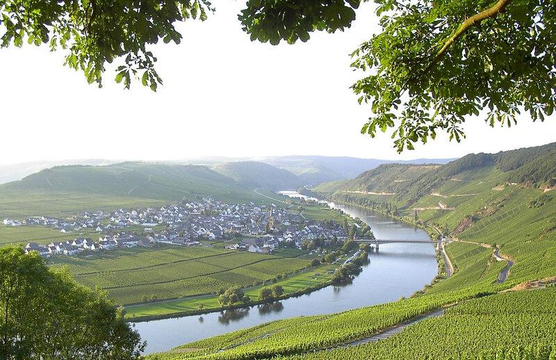 1280px-Trittenheim_Moselschleife (1)
