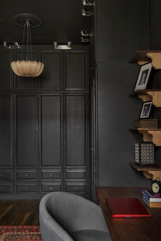malenkiy-chernyi-loft-s-vintazhnoi-mebelu-i-krasochnymi-kartinami-v-moskve-40kvm-pufikhomes-15