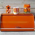 Objet vintage ... boite à pain métallique orange 70's