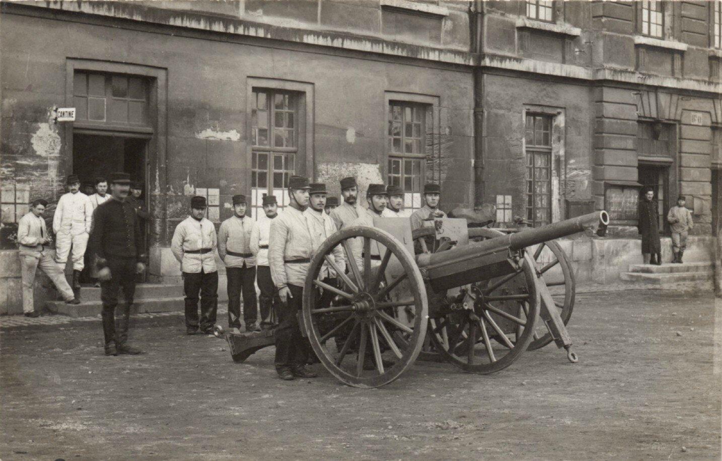 Rouen, caserne Jeanne d'Arc, pièce de 75 et artilleurs du 43e RAC (carte-photo coll. Verney-gandeguerre)