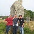 les 3 mousquetaires soulevant un menhir a carnac