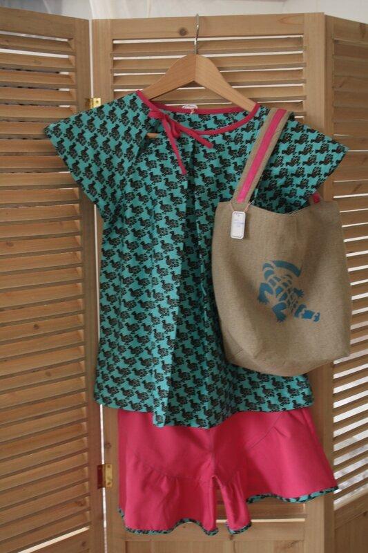 Blouse à manches raglan, nouée sur le côté de l'encolure, en pagne, 12 ans, 27€, short coordonné en gabardine fushia, 25€, et son sac lin et pagne, 22€
