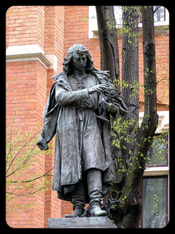 la statue de Copernic non loin du collegium maius où s'y trouve ses instruments d'astronomie