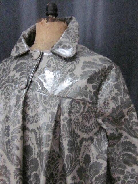 Ciré AGLAE en coton enduit gris imprimé baroque fermé par 2 pressions dissimulés sous de gros boutons recouverts (5)