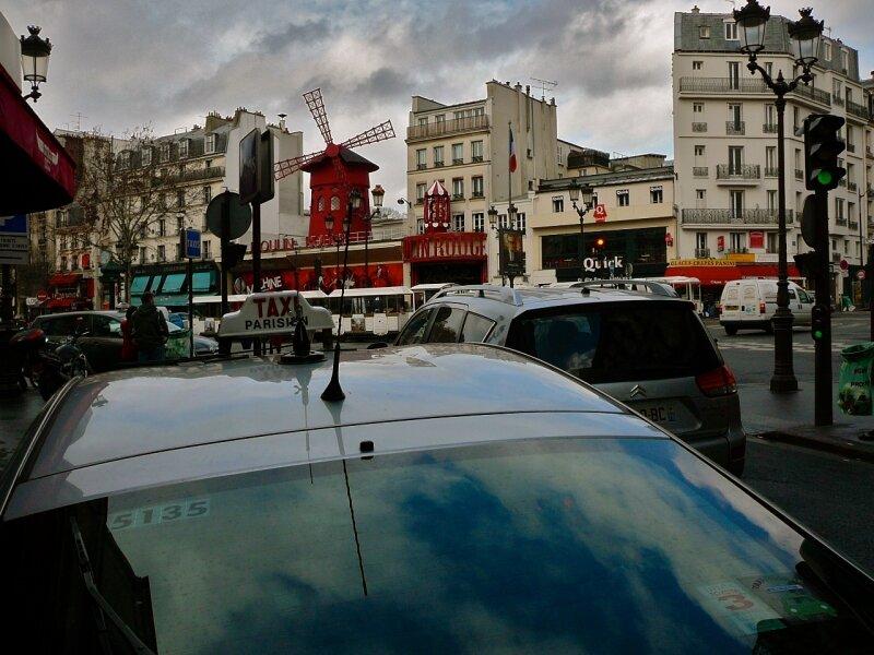 Atmosphère sur la place Blanche et son Moulin Rouge.