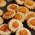 Kumquat confit en décor d'un petit biscuit à la farine de châtaigne