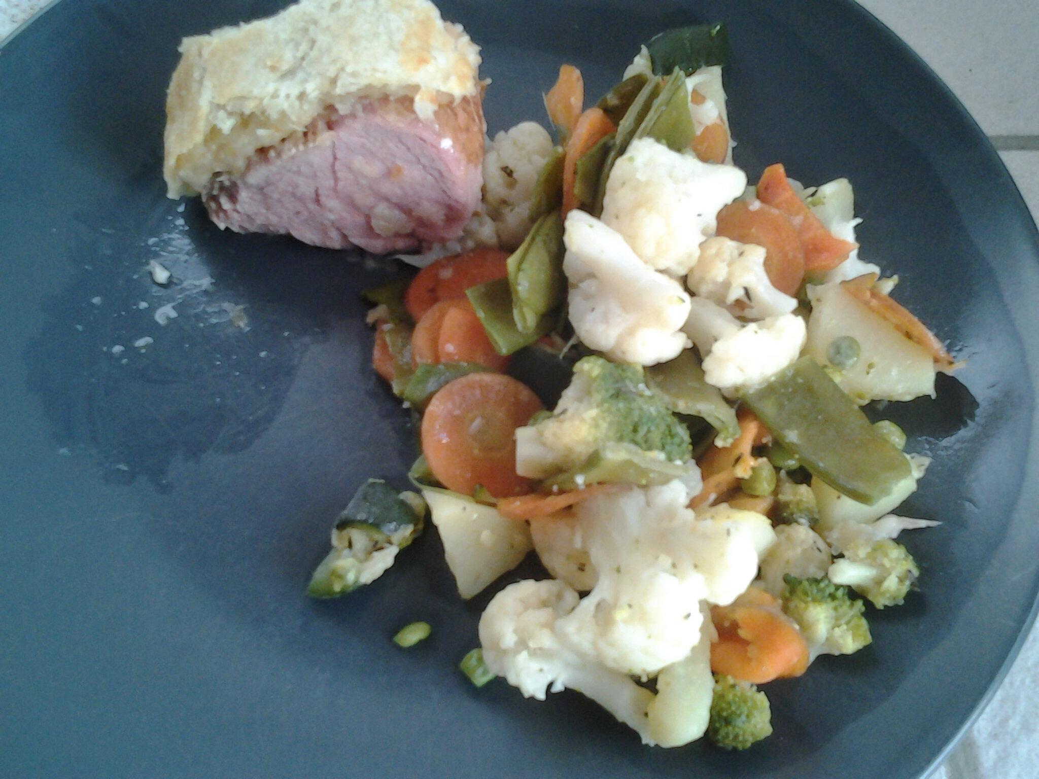 Filet de purs de porc en croûte et légumes sautés